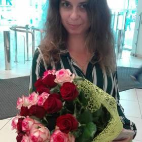 Девушка с букетом красных и розовых роз - фото