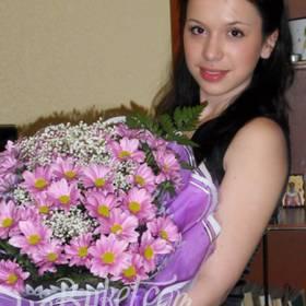 Получатель с букетом розовых хризантем - фото