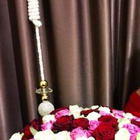 Девушка с букетом из красных, белых и розовых роз - фото