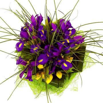 цветочный фонтан в букете из ирисов.jpeg