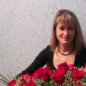 Девушка с роскошной корзиной красных роз - фото