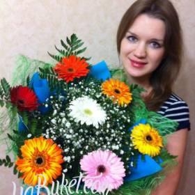 Девушка с букетом разноцветных гербер - фото