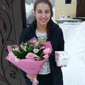 Девушка с букетом из роз и конфетами - фото