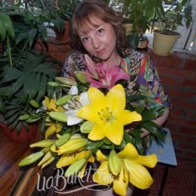 Букет разноцветных лилий для любимой мамы - фото