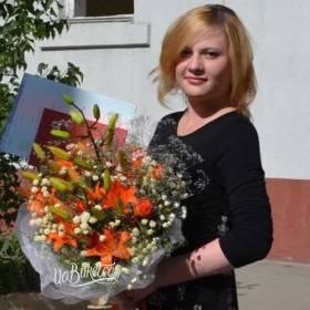 Девушка с букетом оранжевых лилий - фото