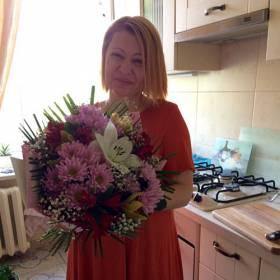 Получательница с букетом хризантем и лилий - фото