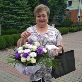 Именинница с корзиной из роз и эустом и конфетами - фото