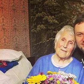 Яркий букет для любимой бабушки - фото