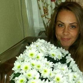 Девушка с большим букетом белых хризантем - фото