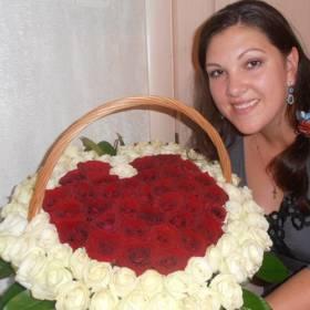 Корзина из роз в форме сердца для жены - фото