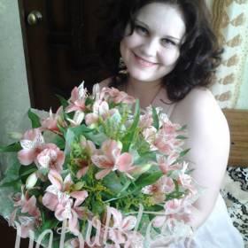 Счастливая получательница с букетом альстромерий - фото