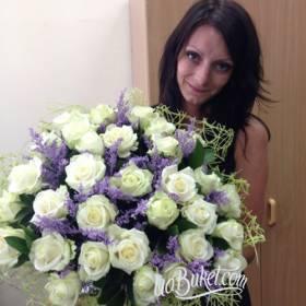 Девушка с букетом из белых роз и статицы - фото