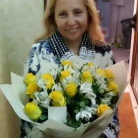 Получательница с букетом из роз и альстромерий - фото