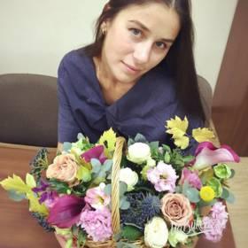 Девушка с корзиной из цветов - фото