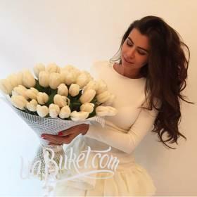 Очаровательная девушка с букетом белых тюльпанов - фото