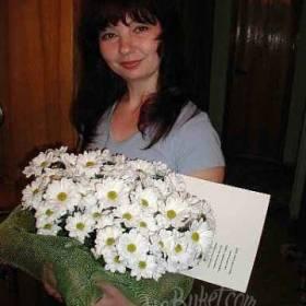 Девушка с букетом белых ромашек - фото