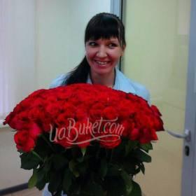Большой букет красных роз для сестры - фото