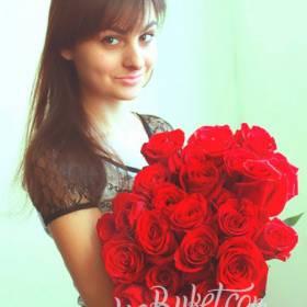 Получатель с букетом красных роз  - фото