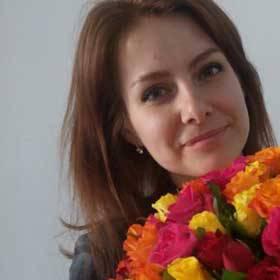 Девушка с букетом из роз разных сортов - фото
