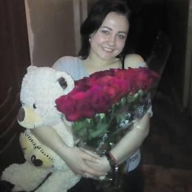 Девушка с букетом из роз и мишкой - фото