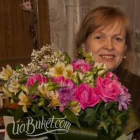 Букет роз и альстромерий для любимой бабушки - фото