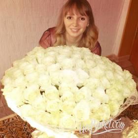 Девушка с большим букетом белых роз - фото