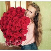 Девушка с большим букетом красных роз - фото