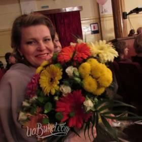Букет хризантем и гербер для коллеги - фото