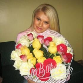 Девушка с букетом разноцветных роз - фото