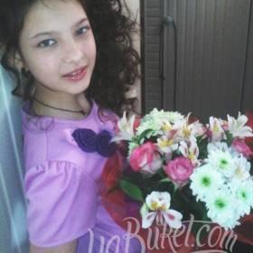 Девушка с букетом роз, альстромерий и хризантем - фото