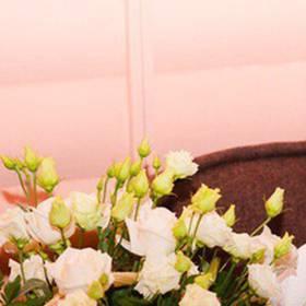 Корзина из роз и эустом для именинницы - фото