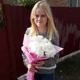 Девушка с белыми хризантемами - фото