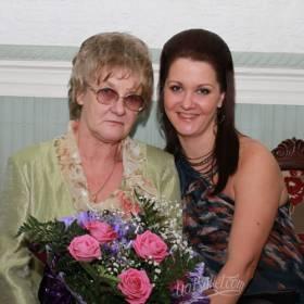 Букет из розовых роз и зелени для любимой мамы - фото
