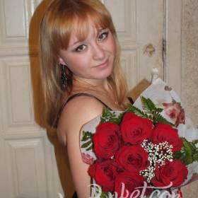 Красные розы с зеленью для милой девушки - фото