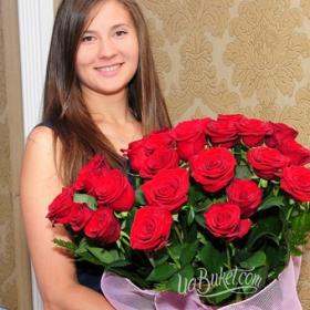 Именинница с букетом красных роз - фото