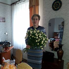 Именинница с букетом белых кустовых роз - фото