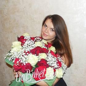 Счастливая получательница с букетом из красных и белых роз - фото