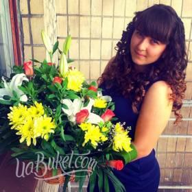 Девушка с корзиной из хризантем, роз и лилий - фото