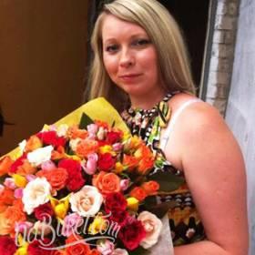 Букет разноцветных кустовых роз с доставкой для получательницы - фото