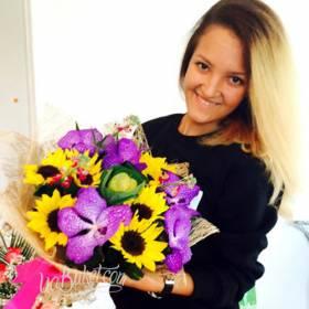 Девушка с букетом подсолнухов и орхидей - фото