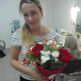 Девушка с букетом из гербер, хризантем и альстромерий - фото