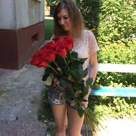 Девушка с красными импортными розами - фото