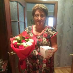 Именинница с букетом роз и Раффаелло - фото