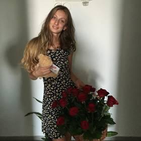 Корзина красных роз и медведь для девушки - фото