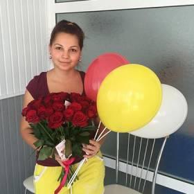 Букет красных роз и шарики для девушки - фото