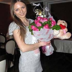 Девушка с букетом розовых роз и медведем - фото