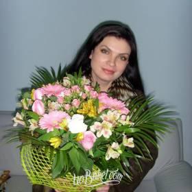 Девушка с букетом из роз, альстроиерий и гербер - фото