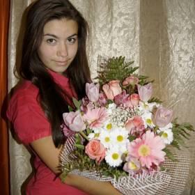 Девушка с букетом роз, гербер, тюльпанов и хризантем - фото
