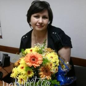 Получатель с букетом хризантем и гербер в руках - фото