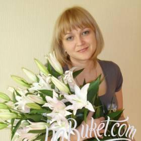 Получательница с роскошным букетом белых лилий - фото
